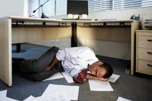 Силная сонливость днем является одним из симптомов ночного апноэ