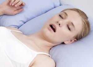 Храп у женщин может быть связан с гормональными изменениями