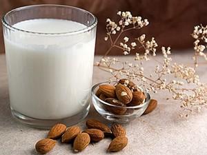 Продукты помогающие заснуть - бананы, овсяную кашу (геркулес), миндаль, молоко, мед