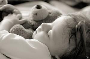 Ребенок, как и взрослый человек, может потеть по целому ряду причин, начиная от неправильно подобранной пижамы и заканчивая некоторыми заболеваниями.