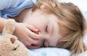 Во время полуденного сна не рекомендуется создавать в комнате абсолютную темноту.
