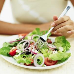 Диета с уменьшенным содержанием соли, отказ от вредных привычек, активный образ жизни помогают снизить артериальное давление.
