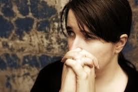 ПТСР развивается у людей, переживших тяжелую жизненную ситуацию, сопровождавшуюся насилием, прямой угрозой жизни.