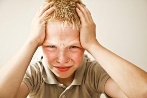 Особое внимание родителям следует обращать на жалобы детей, чье настроение постоянно подавлено или чье поведение становится необычным.
