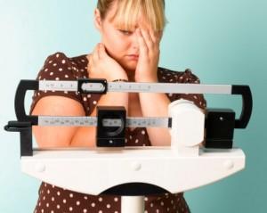 Клиническим проявлением гипотериоза является лишний весь, так как снижение гормнов щитовидной железы приводит к замедлению обменных процессов, а в последствии и к лишнему весу.