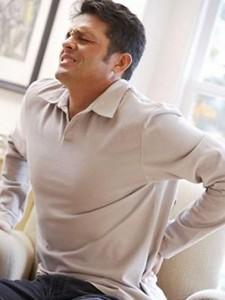 Сильные боли в пояснице – серьезное основание для обращения к специалисту.