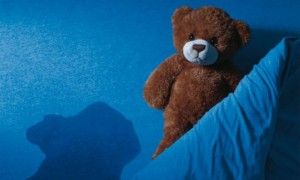 Одна из причин детского энуреза это нарушение суточного ритма выработки антидиуретического гормона приводит к быстрому наполнению мочевого пузыря в ночное время.