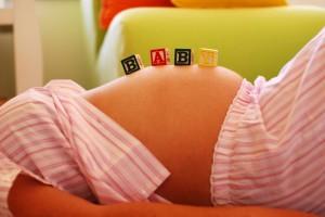 Физиологическая причина сухости во рту при беременности может служить нехватка жидкости в организме.