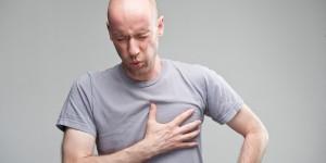 Боль за грудиной может быть симптомом стенокардии