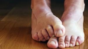 Синдром беспокойных ног тоже может способствовать появлению усталости и слабости