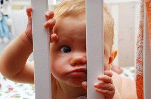 Почему дети сбегают с кроватки