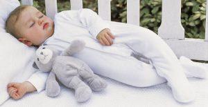 Приучить ребенка спать в детской кроватке